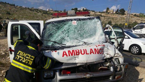 """האמבולנס נפגע כאשר נסע בניגוד לכללי הזהירות בכביש בעת שהסיע מטופל – האם מגיע  פיצוי? / עו""""ד ג'ון גבע"""