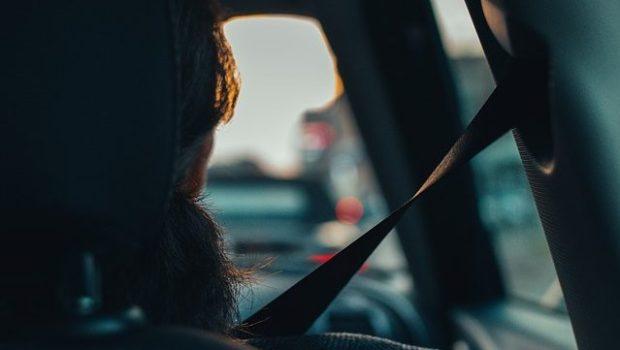 הנוסעים במושב האחורי של הרכב חייבים להיות חגורים