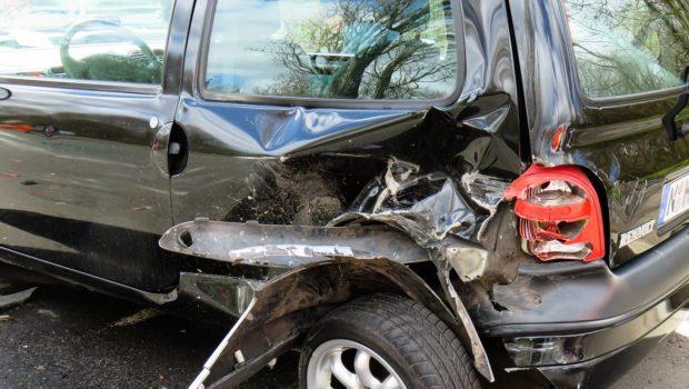 האם התפוצצות צמיג ברכב וגרימת תאונה מהווה חבות ומכוסה בפוליסה?
