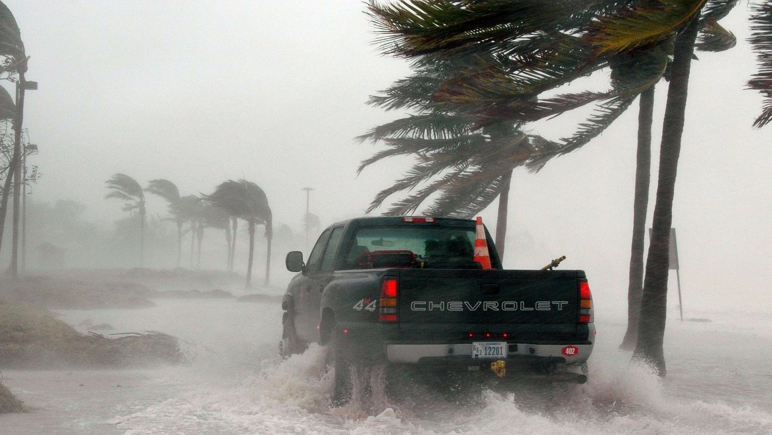 סערת ציקלון פגעה בהודו וגרמה לנזקים עצומים וסיכון גבוה להתפרצות הקורונה