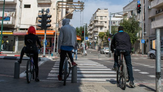 פסק דין: תאונת הדרכים היא באשמת רוכבות האופניים החשמליים שהתפרצו לכביש ברמזור אדום