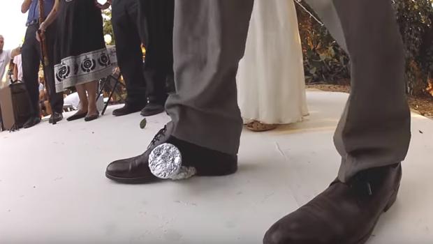 """האם הכוס ששובר החתן בחתונתו הינה דבר מסוכן כהגדרתו בפקודת הנזיקין? / מאת עו""""ד ג'ון גבע"""